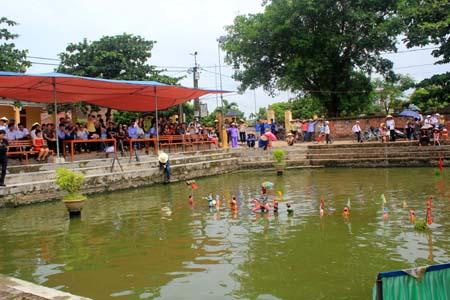 Khán giả xem múa rối nước rất đông