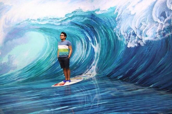 Anh ấy đang lướt sóng