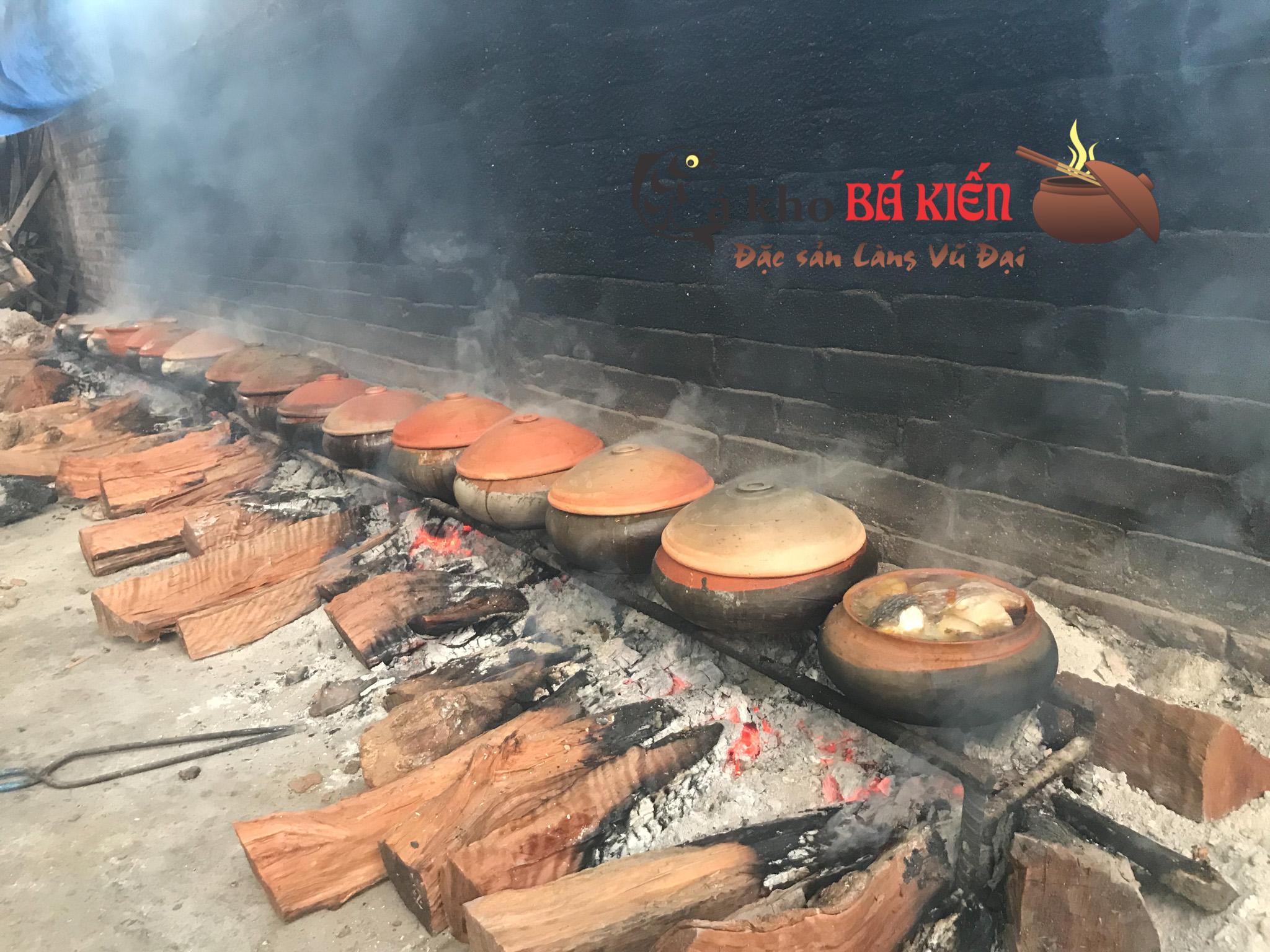 Niêu cá được kho liên tục 16h trên bếp lửa hồng để đạt được miếng các cứng chắc nhưng xương lại nhừ